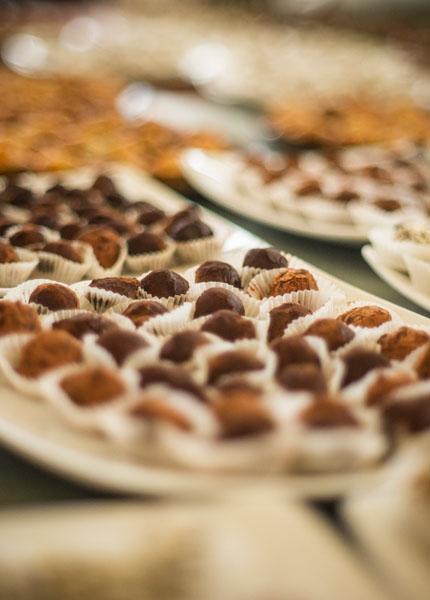 Estacion de dulces y chocolates con fuentes y frutas Cocinarte Fine Catering Guatemala